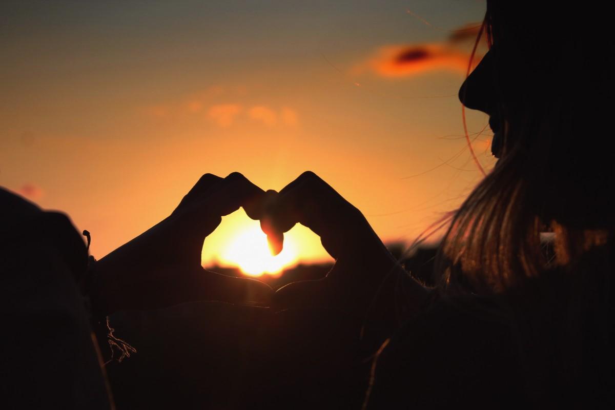 imagenes de amanecer romantico haciendo una corazon