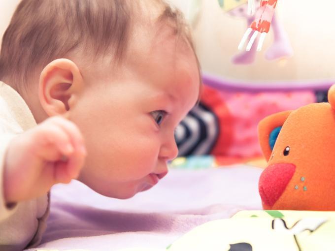 imagen de bebe jugando